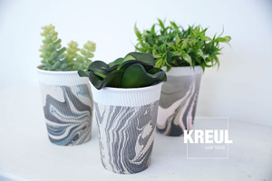 Becher marmoriert mit Kreul Magic Marble Marmorierfarbe