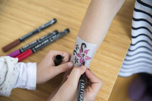 Arm bemalt mit Tattoo-Pen, Tattoo-Stift, Tattoo-Schablone