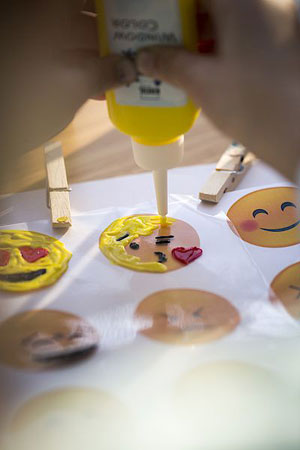 Smileys gemalt mit KREUL Window Color Farben